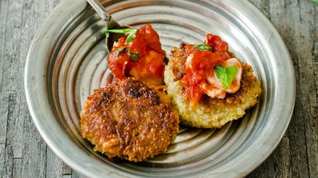 Quinoa placičky s brokolicí a fazolemi s rajčatovo-mozzarellovým dipem