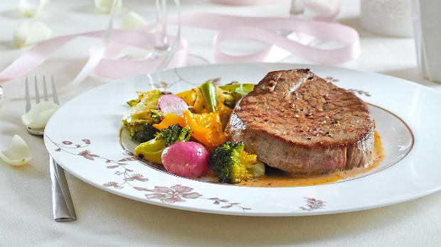 Steaky s omáčkou z pomerančového pepře a s pečenou zeleninou
