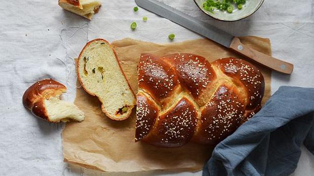 Pikantní chléb s jarní cibulkou