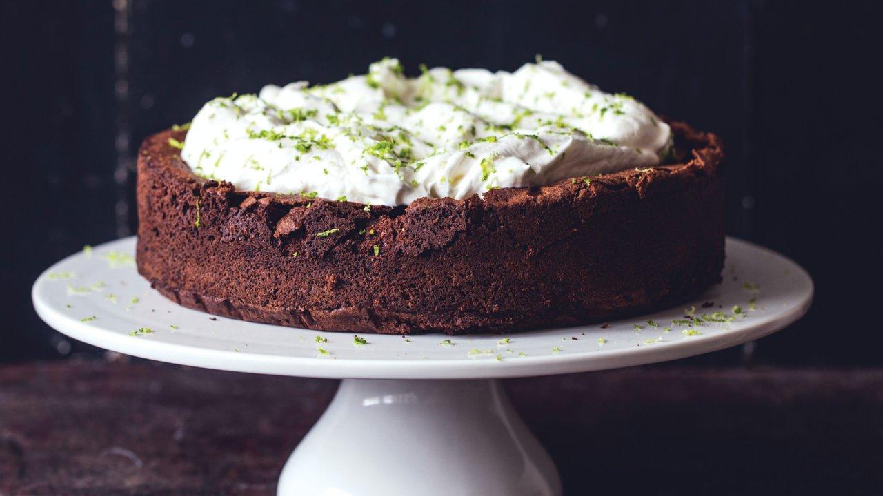 Pečeme bez lepku: Čokoládový dort slimetkou alimetkovou šlehačkou