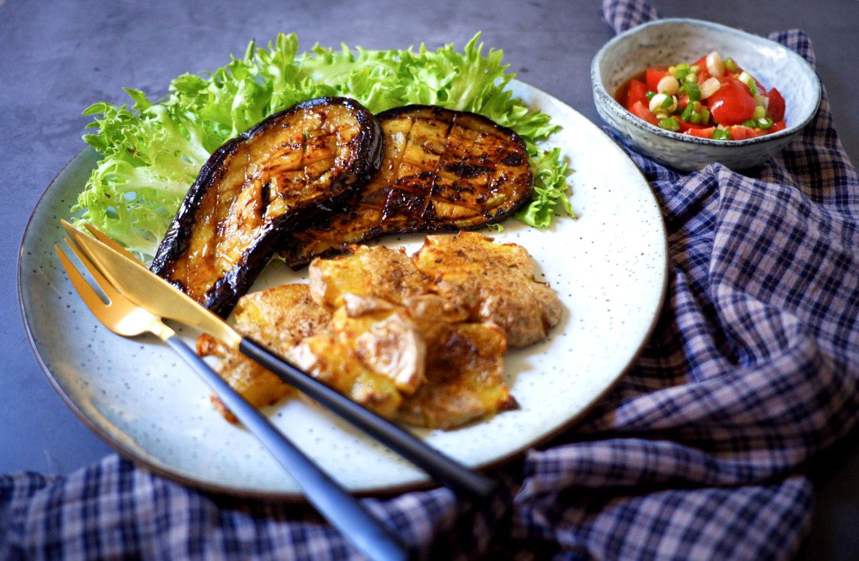 Lilkové steaky srozbouchnutými bramborami arajčatový Ponzu salát