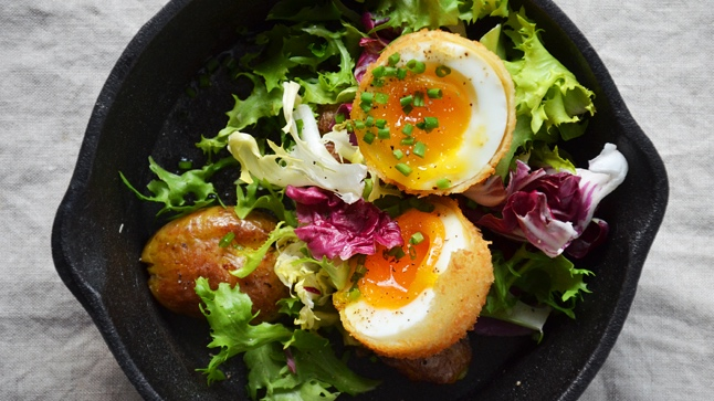 Smažené vejce na salátu