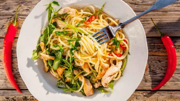 Špagety s kuřecím masem, rukolou achilli papričkou