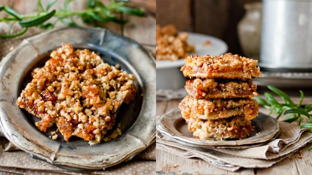 Rozmarýnový koláč ze sušených meruněk a ořechů