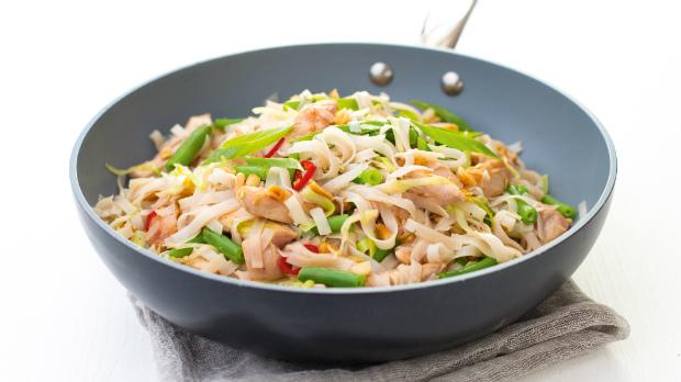Rýžové nudle s kuřecím masem a zeleninou