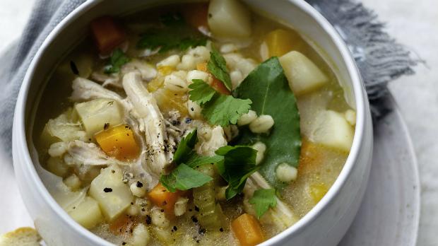 Vydatná polévka z kořenové zeleniny s kroupami a kuřetem