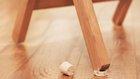 Rozčiluje vás vratký stůl nebo židle? Lehká pomoc – stačí správně vysoký kousek korkové zátky a lepidlo na dřevo Foto:
