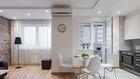 Stejně jako na nábytku převažují světlé barvy, dřevo a opět bílý či matný lak, někdy zaměněný za krémové či šedé odstíny Foto: