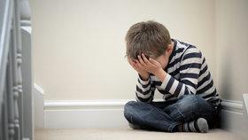 U malých dětí jsou kulatá záda často obranným reflexem. Třeba proti týrání. Foto: