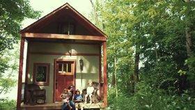 Domek stojí na kouzelném místě u jezera Foto: