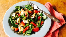 Chřestový salát s jahodami a sýrem  Foto: