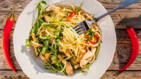 Špagety s kuřecím masem, rukolou a chilli papričkou Foto: