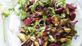 Sladko-pikantní salát s opečeným lilkem a červenou řepou Foto:
