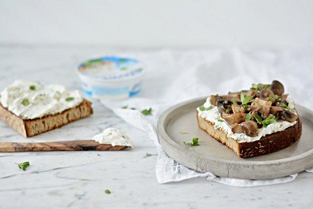 Toust s bylinkovou pomazánkou a houbami na víně 2 Foto: