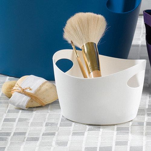 Menší box z materiálu, kterému nevadí kontakt s vodou, můžeme nechat na vaně jako praktický zásobník na sprchové gely a šampony Foto: