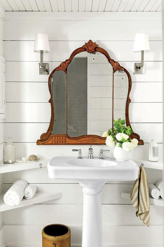 Zdobené zrcadlo a čistý design koupelny. Kombinace, která bere dech... Foto: