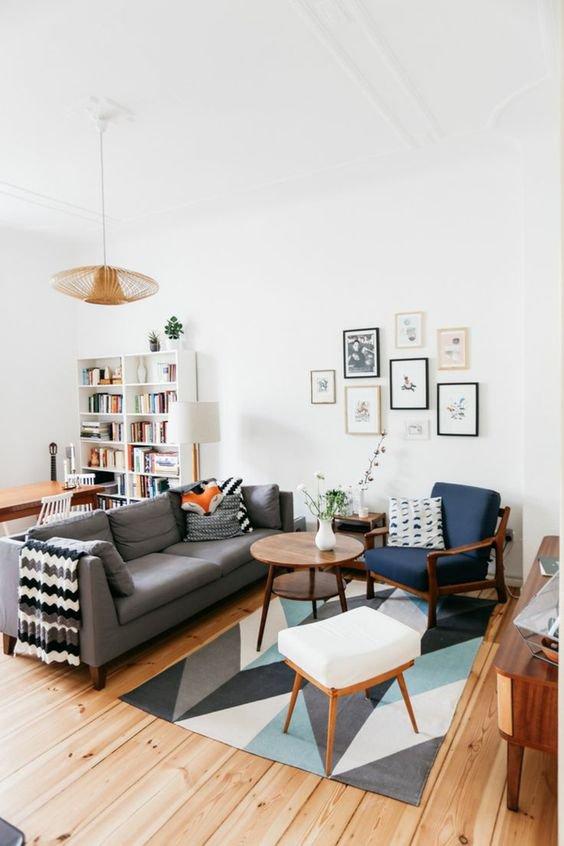 Interiér tohoto obývacího pokoje je plný několika kusy nábytku v retro stylu, které jsou doplněny moderní pohovkou a doplňky.  Foto:
