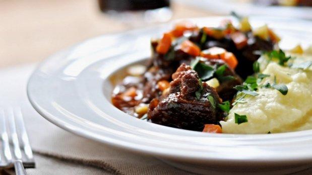 Hovězí kližka na červeném víně s celerovo-bramborovým pyré Foto: