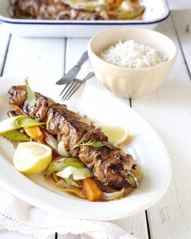 Blýskavé kuřecí špízy se zeleninou a jasmínovou rýží Foto: