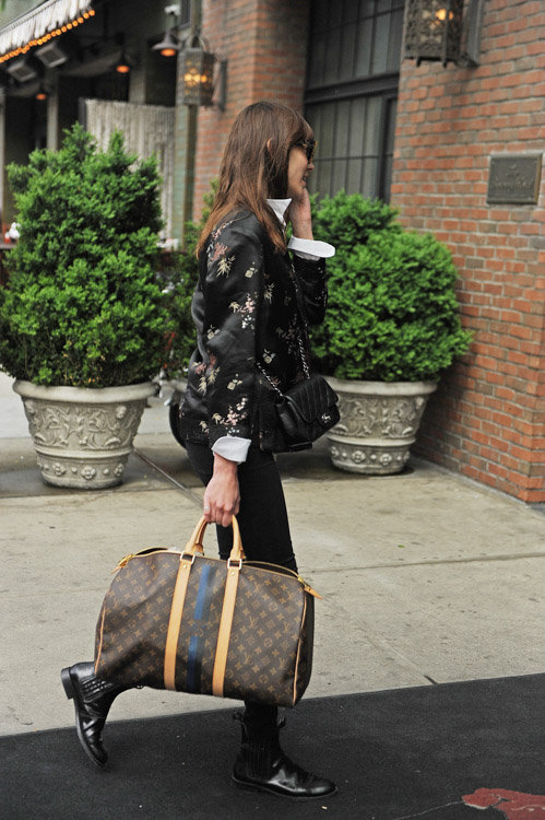 Alexa-Chung-Chanel-Mini-Classic-Flap-Louis-Vuitton-Mon-Monogram-Keepall-4 Foto: