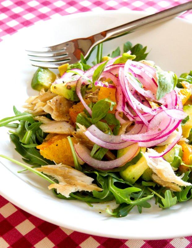 Salát s uzenou makrelou, pomerančem a avokádem  Foto: