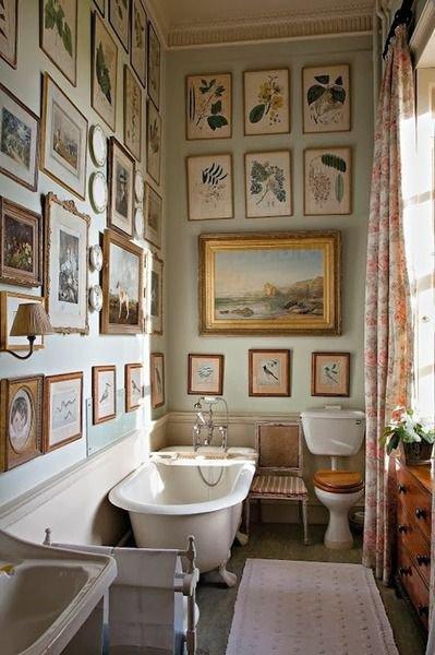 Koupel v obrazárně. Že zarámované umění do koupelny prostě nepatří? Ve finále je to vždycky a jenom na vás, co si dáte do koupelny Foto: