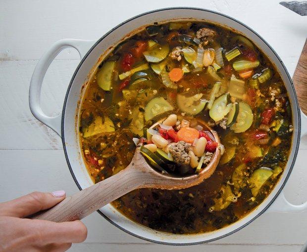 Vydatná minestrone s pikantní klobásou a fazolemi  Foto: