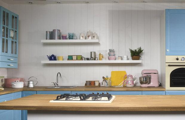 Kuchyně v retro stylu. Otevřené poličky nesmí chybět... Foto: