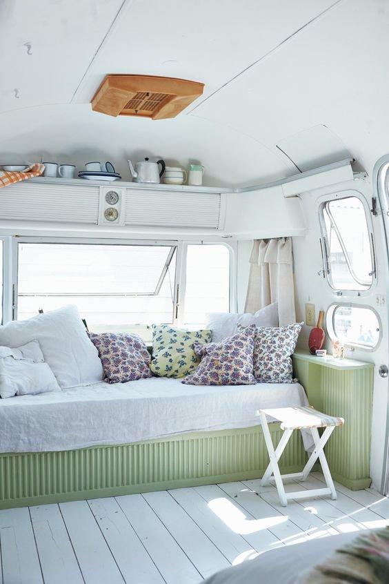 Světlé barvy udělají bydlení v malém prostoru pohodovější Foto: