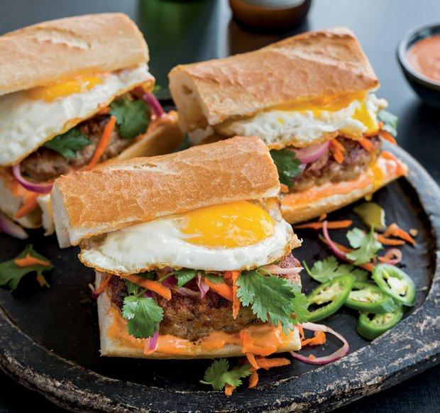 Burgery s vepřovým bánh mì, nakládanou zeleninou a vejcem  Foto: