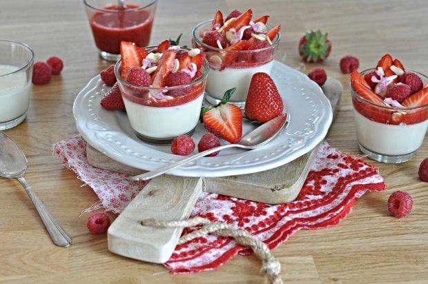 Panna cotta s jahodovo-malinovým přelivem Foto: