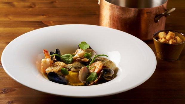 Bouillabaisse, ravioly plněné rybami, krevety, mušle, kalamáry a ryby, šafránové aioli  Foto: