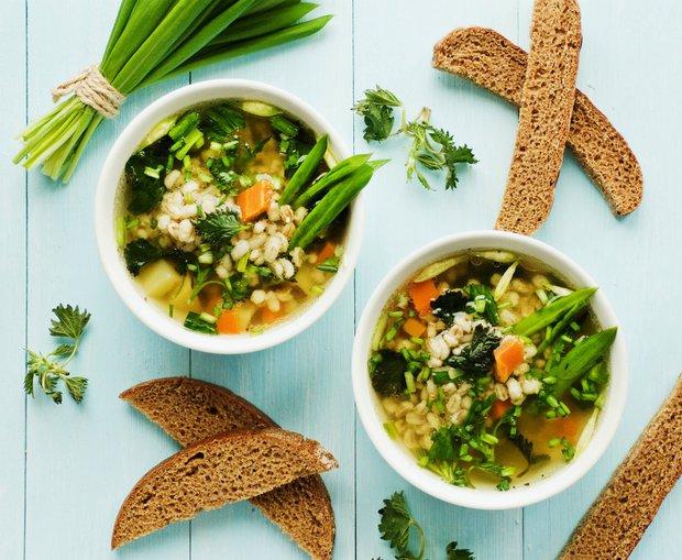 Kroupová polévka s medvědím česnekem a kopřivami  Foto: