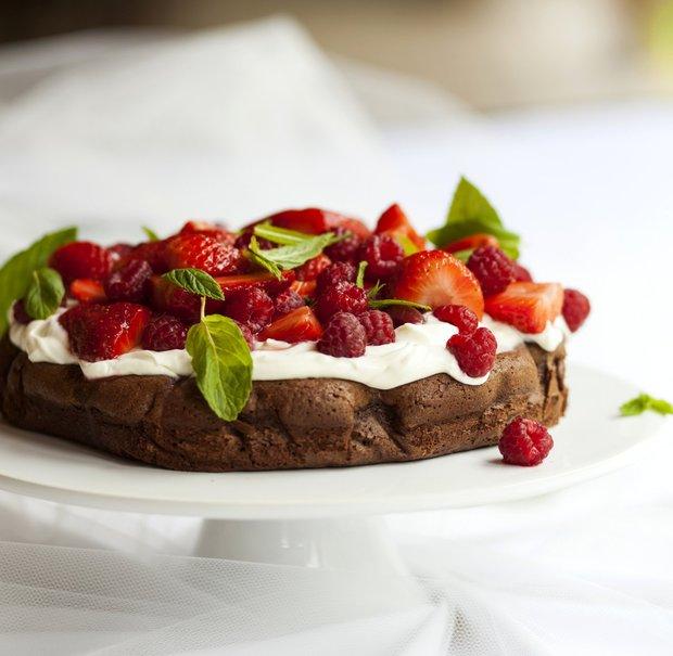 Rychlý čokoládový dort s jemným krémem a ovocem  Foto: