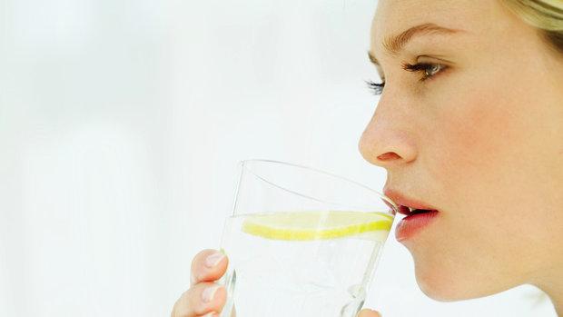 Jak rychle zhubnout? Pijte vodu! třeba s citronem Foto: