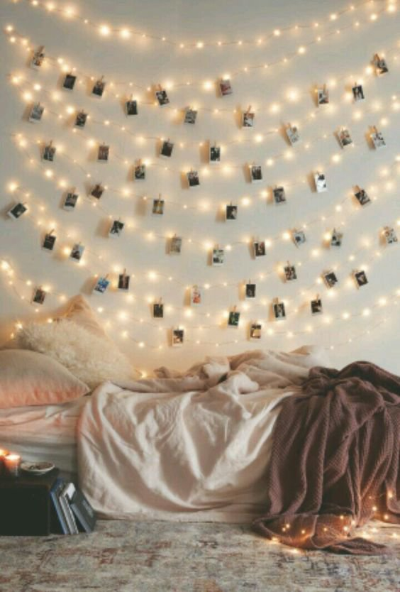 Zeď ozdobte fotkami a světýlky. Foto: