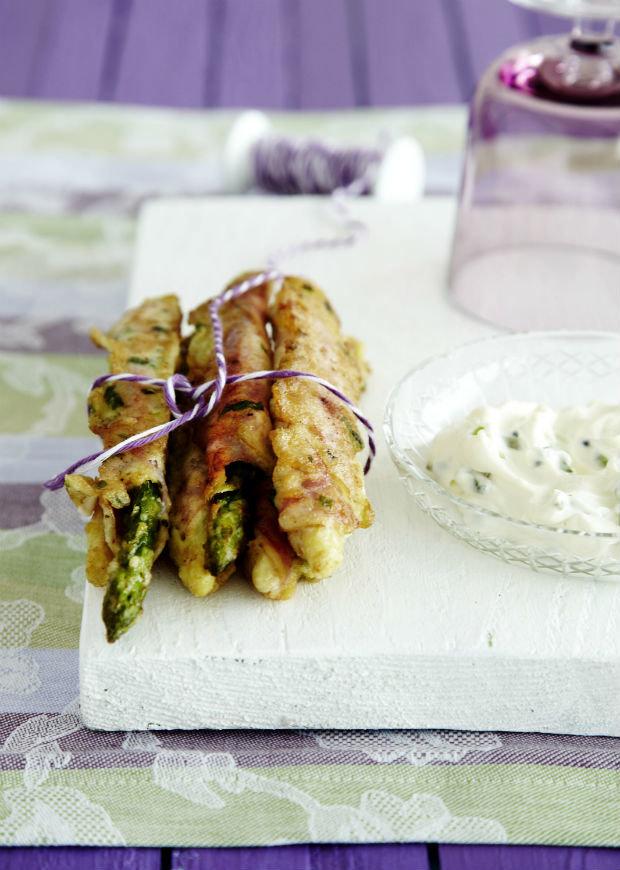 Chřest v bylinkovém těstíčku s domácí tatarkou Foto: archiv Gurmet