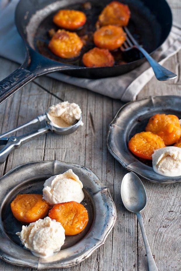 Karamelizované meruňky s vanilkovo-rumovou zmrzlinou Foto: Sweet pixel blog