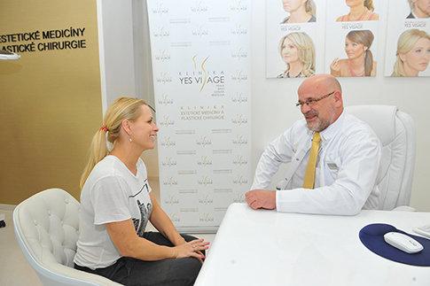 Nezávazná konzultace Jany s ošetřujícím lékařem na Klinice YES VISAGE Foto: