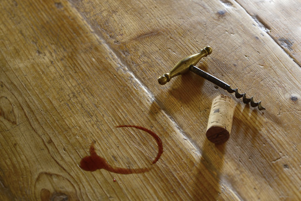 Červené víno zasypte kuchyňskou solí. Foto:
