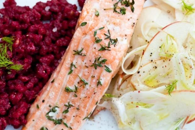 Losos, kroupy s řepou a salátek s fenyklem  Foto: Kitchenette.cz