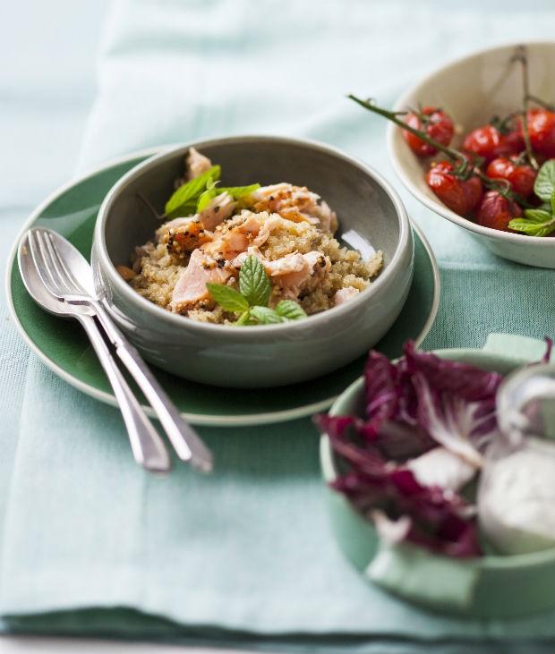 Quinoa s lososem, salát z čekanky a sladkých rajčat Foto: isifa.com
