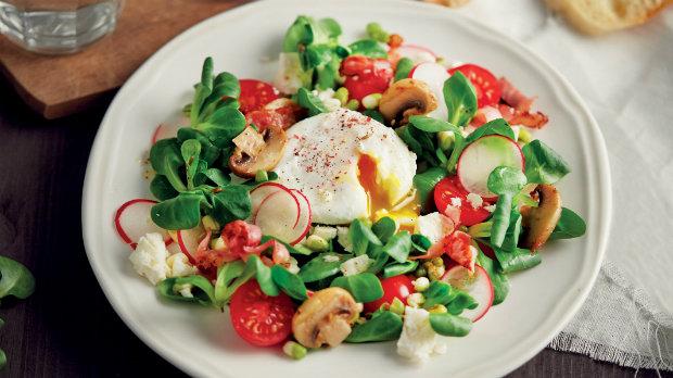 Jarní salát se ztraceným vejcem  Foto: