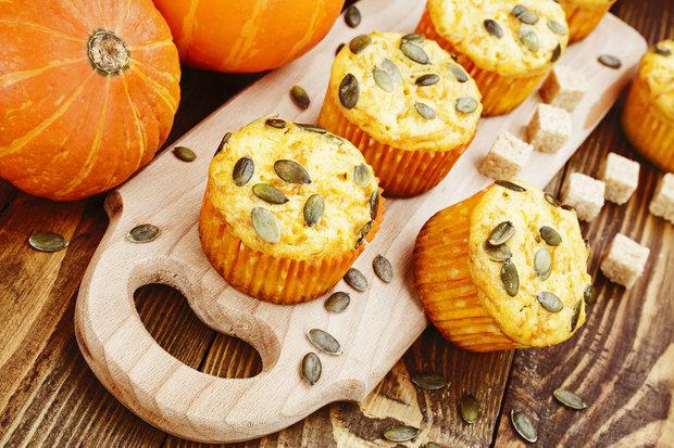 Muffiny můžeme před pečením navrchu dozdobit trochou dýňových semínek Foto:
