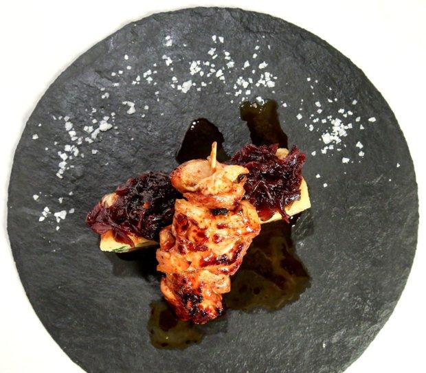 Kuřecí špízy s bramborovou tortillou a karamelizovanou cibulí  Foto: