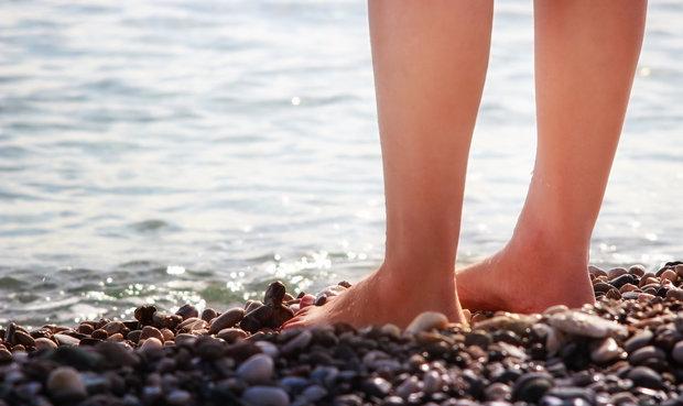 chůze po oblázkové pláži Foto:
