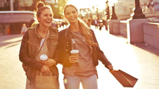 Vyrazte na kávu s kamarádkou a spojte to s příjemnou procházkou Foto: