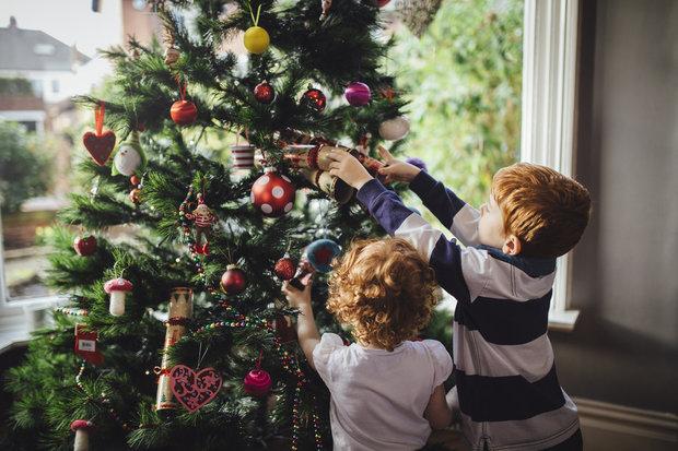Zdobení stromku je zábava Foto: