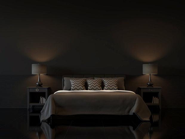 Tmavé stěny a tlumené barvy jsou jednou z možností, jak zajistit snazší usínání, stejně jako neoslňující světlo Foto: