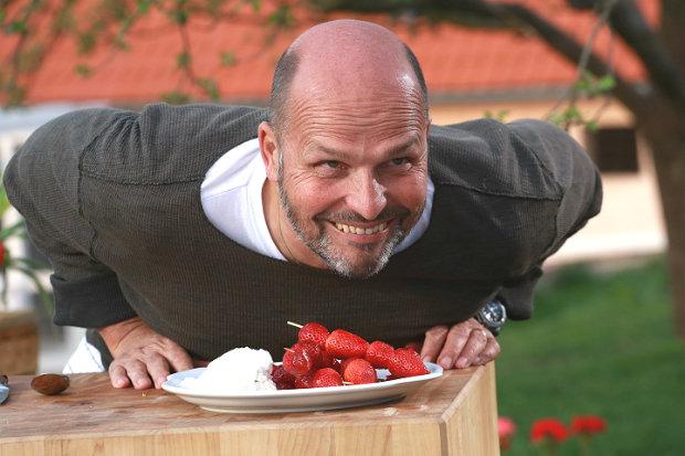 Grilované jahody s krémem z kozího sýra  Foto: Marek Dienstl
